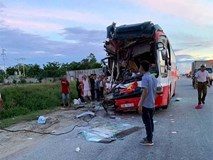 Xe chở đoàn khách đi du lịch đâm đuôi container, 15 người thương vong