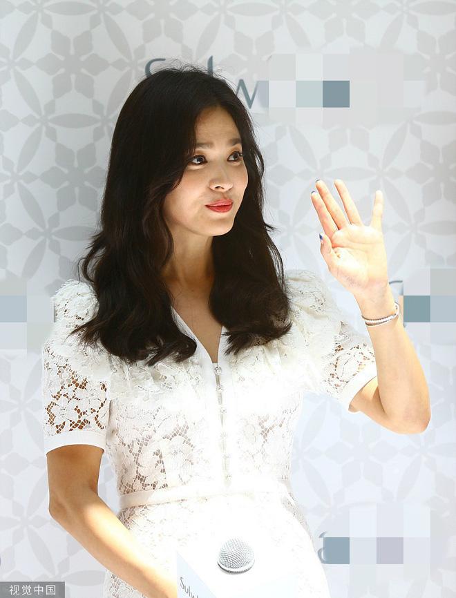 Loạt ảnh chụp vội của Song Hye Kyo gây sốt giữa bão ly hôn: Đúng là nhan sắc, thần thái bất chấp tất cả!-10