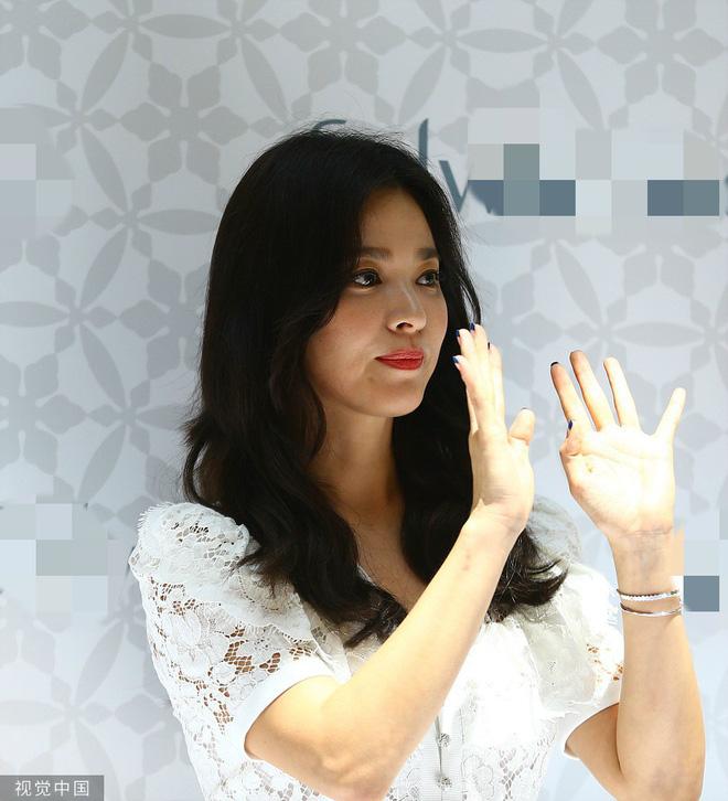 Loạt ảnh chụp vội của Song Hye Kyo gây sốt giữa bão ly hôn: Đúng là nhan sắc, thần thái bất chấp tất cả!-11