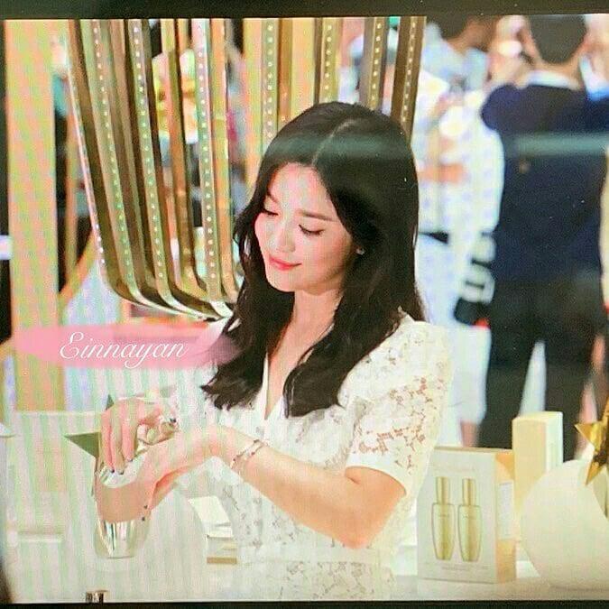 Loạt ảnh chụp vội của Song Hye Kyo gây sốt giữa bão ly hôn: Đúng là nhan sắc, thần thái bất chấp tất cả!-7