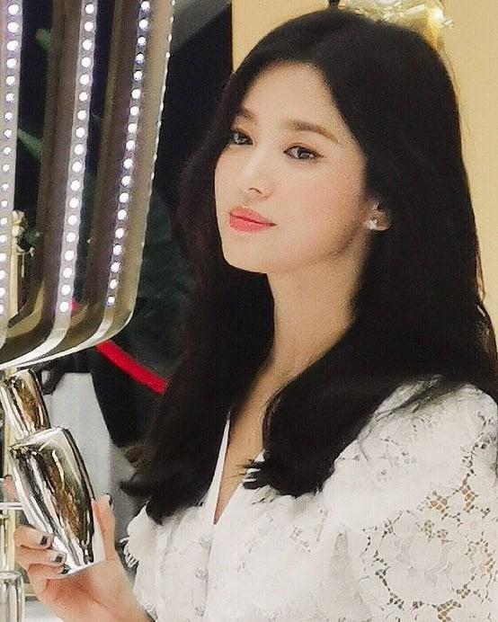 Loạt ảnh chụp vội của Song Hye Kyo gây sốt giữa bão ly hôn: Đúng là nhan sắc, thần thái bất chấp tất cả!-8