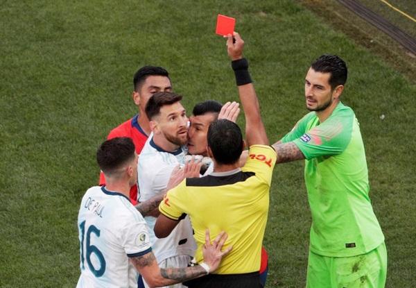 Cộng đồng mạng bất bình, phẫn nộ khi chứng kiến Messi phải nhận chiếc thẻ đỏ gây tranh cãi-1