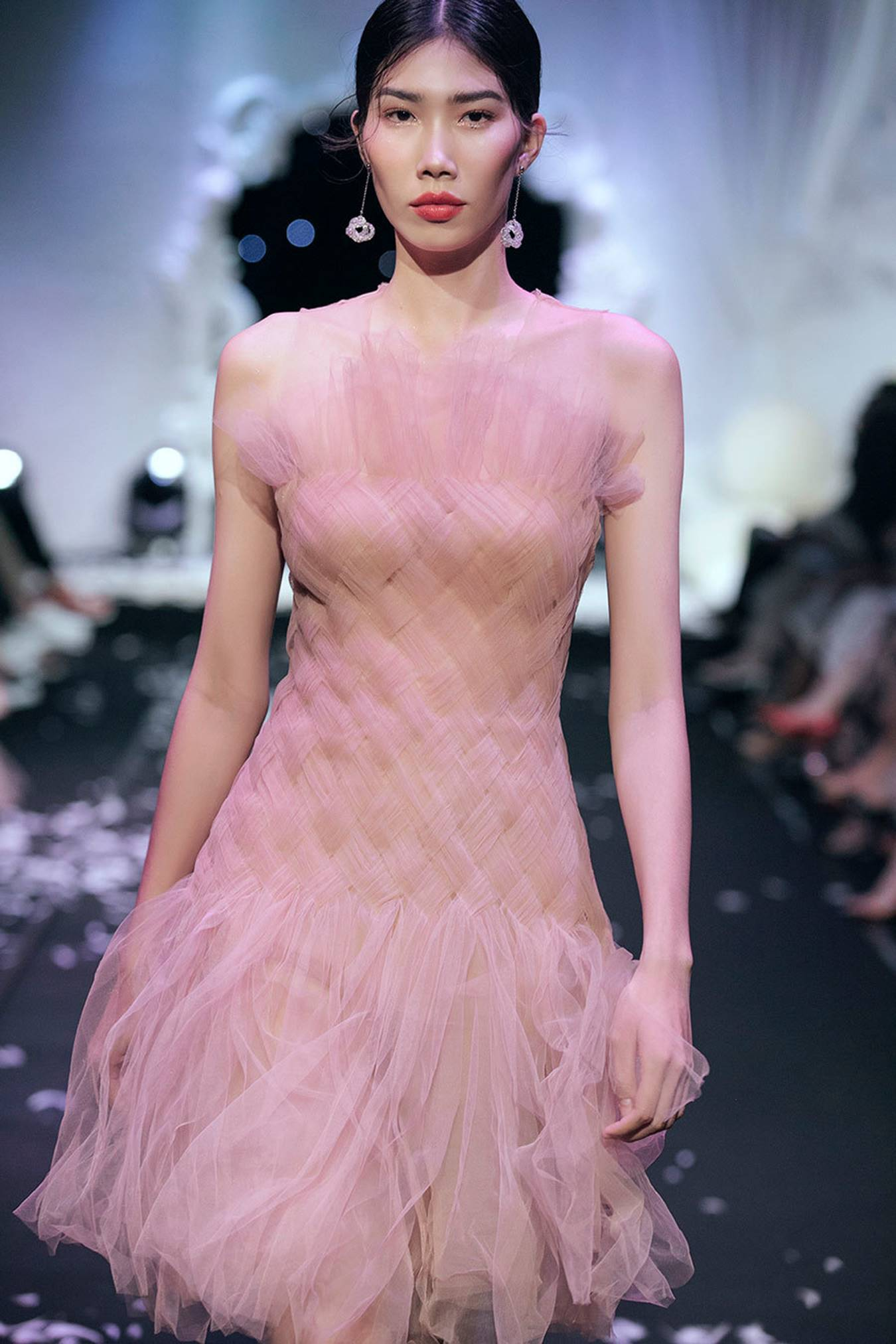 Hoa hậu Mỹ Linh xuất hiện rạng rỡ sau khi lộ ảnh hôn em trai BTV Ngọc Trinh-9