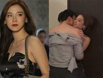 Chồng đang say sưa ôm hôn bồ nhí trong quán thì giật mình thấy vợ mặc váy xẻ ngực đi vào, hành động của cô mới làm anh sốc nặng