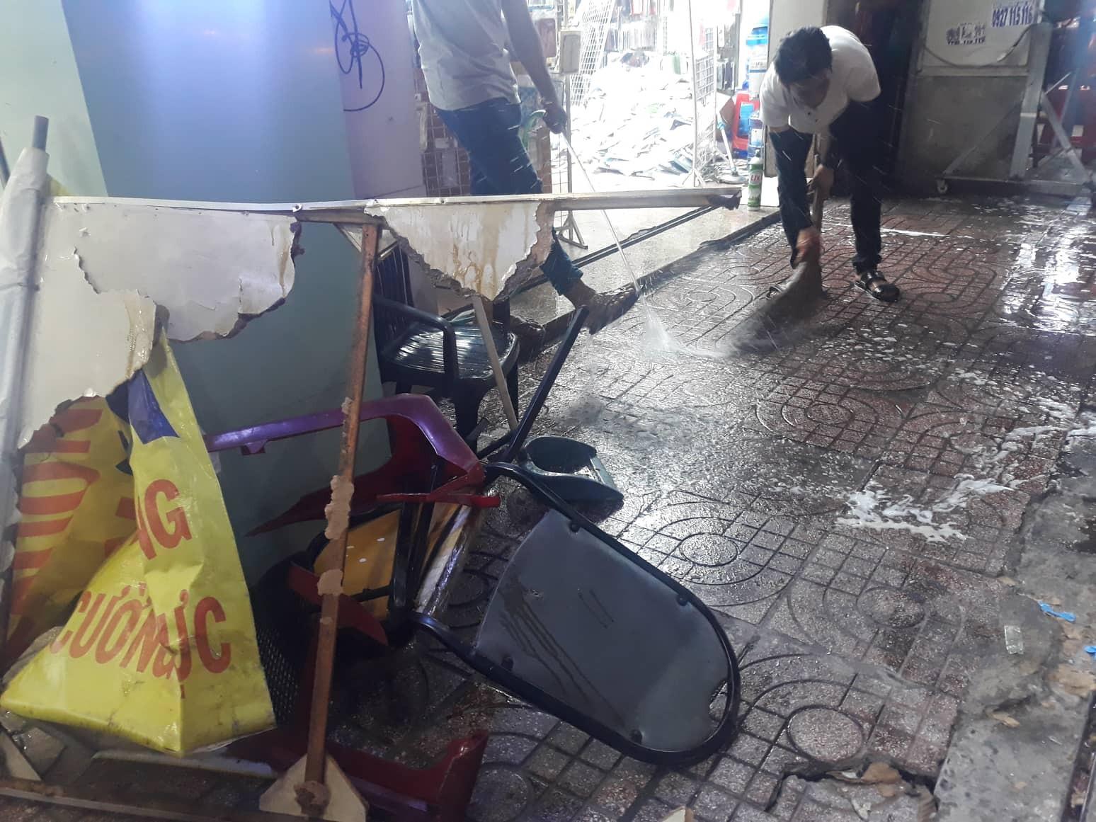 Người dân kể lại lúc nữ tài xế Mercedes tông một loạt xe máy: Cô ấy không say, nhưng chắc đi giày cao gót nên vướng chân ga-3