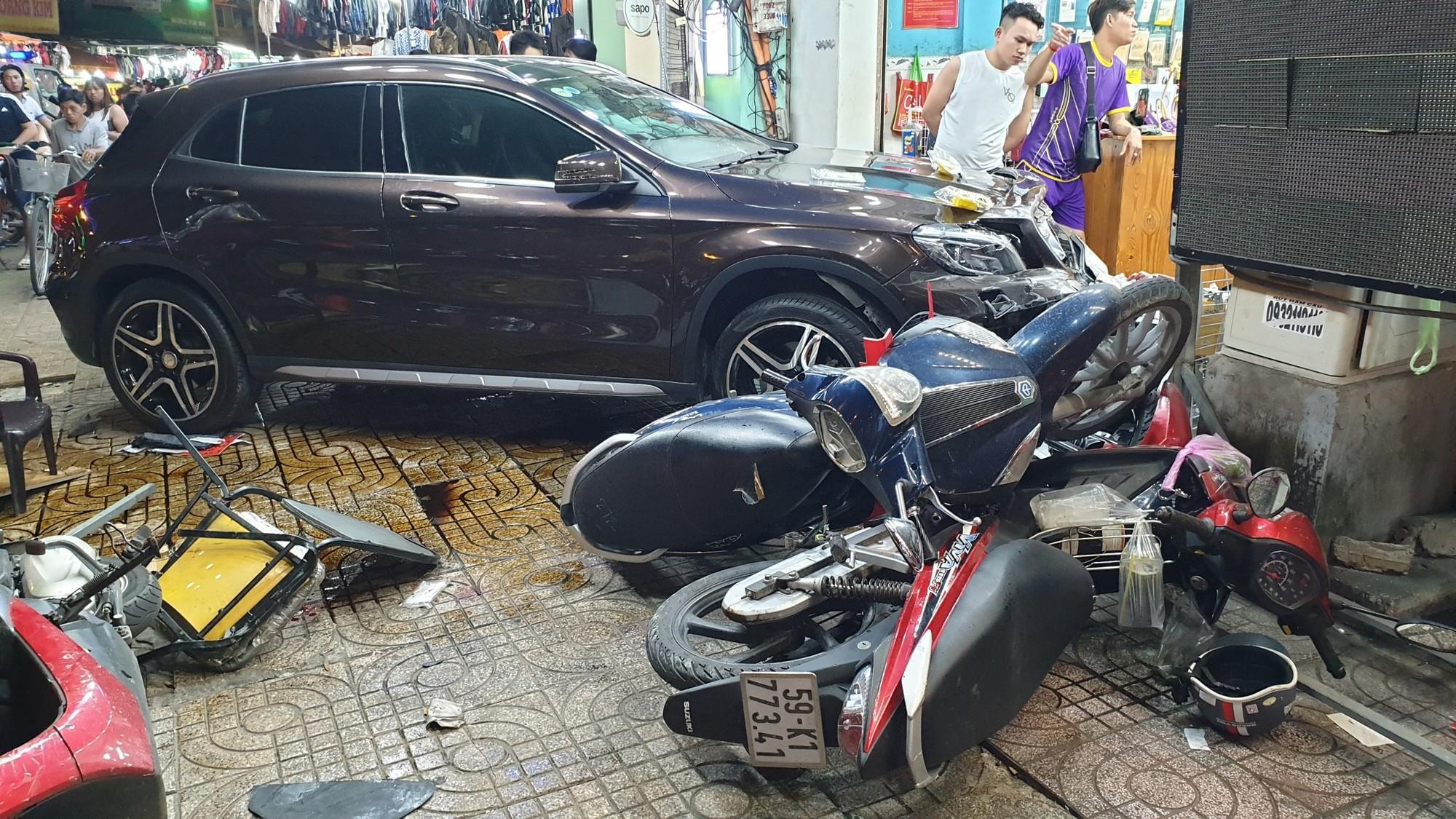 Người dân kể lại lúc nữ tài xế Mercedes tông một loạt xe máy: Cô ấy không say, nhưng chắc đi giày cao gót nên vướng chân ga-5