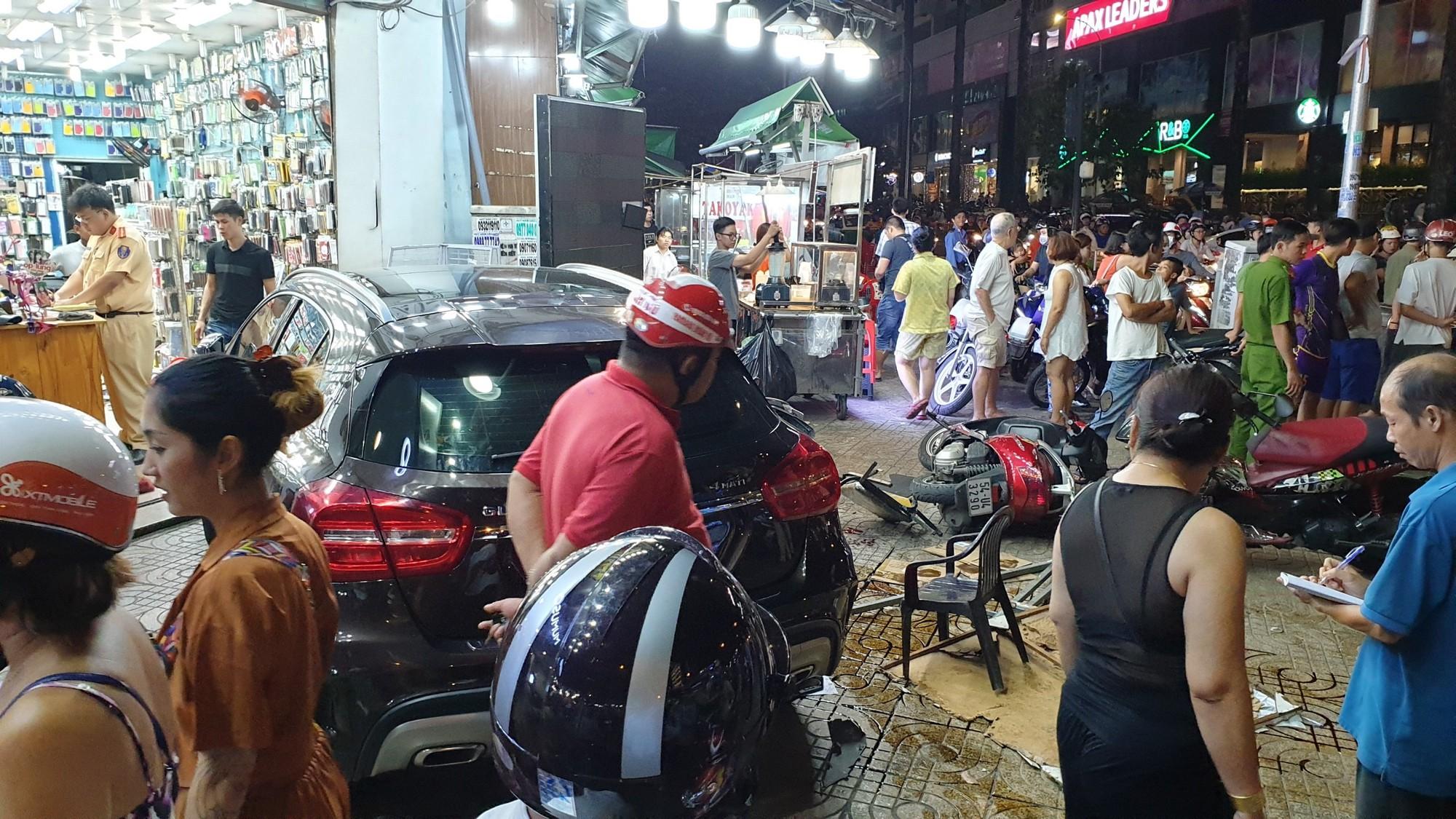 Người dân kể lại lúc nữ tài xế Mercedes tông một loạt xe máy: Cô ấy không say, nhưng chắc đi giày cao gót nên vướng chân ga-6