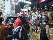 Người dân kể lại lúc nữ tài xế Mercedes tông một loạt xe máy: