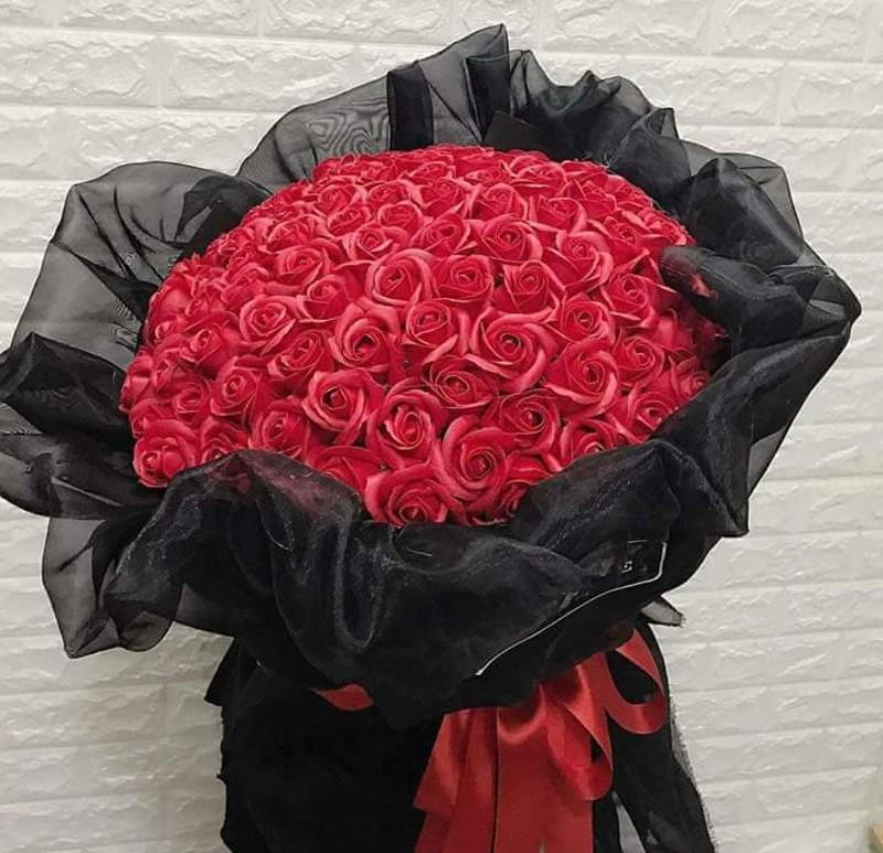 Mua bó hoa rõ đẹp tặng vợ để gây bất ngờ, anh chồng nào ngờ bị tra khảo một câu khóc dở mếu dở-2