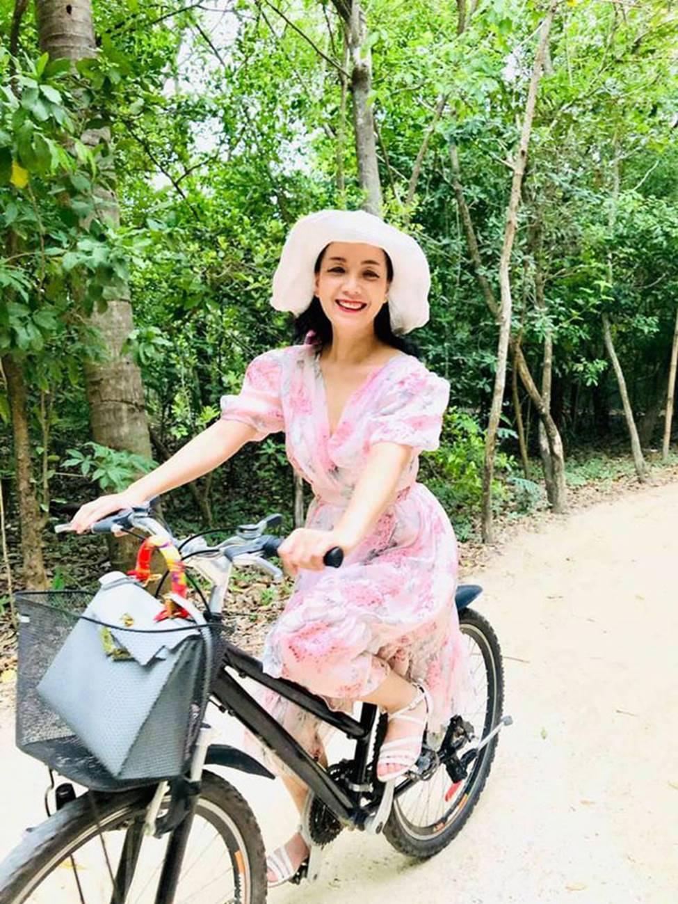 MC Nguyễn Cao Kỳ Duyên, Chiều Xuân... gần 60 có body đủ sexy để mặc bikini-15