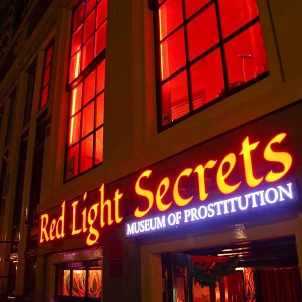 Phố đèn đỏ nổi tiếng nhất thế giới: 2 cô đào từng phục vụ 355.000 người đàn ông và bí mật luôn gây tò mò ẩn sau mỗi ô cửa màu đỏ quyến rũ-9