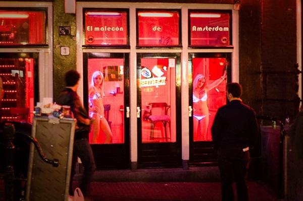 Phố đèn đỏ nổi tiếng nhất thế giới: 2 cô đào từng phục vụ 355.000 người đàn ông và bí mật luôn gây tò mò ẩn sau mỗi ô cửa màu đỏ quyến rũ-11