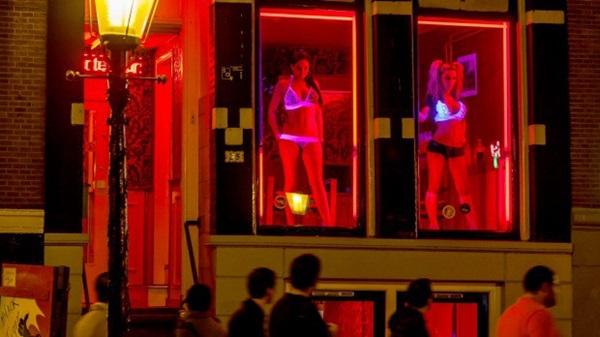 Phố đèn đỏ nổi tiếng nhất thế giới: 2 cô đào từng phục vụ 355.000 người đàn ông và bí mật luôn gây tò mò ẩn sau mỗi ô cửa màu đỏ quyến rũ-13