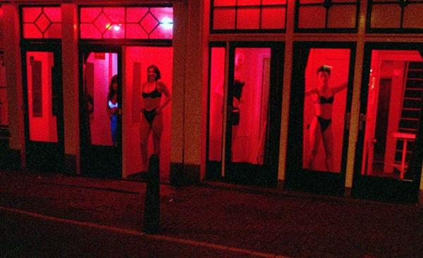 Phố đèn đỏ nổi tiếng nhất thế giới: 2 cô đào từng phục vụ 355.000 người đàn ông và bí mật luôn gây tò mò ẩn sau mỗi ô cửa màu đỏ quyến rũ-14