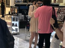 Phạm Băng Băng diện váy dáng rộng đi mua sắm giữa tin đồn mang thai với quan chức