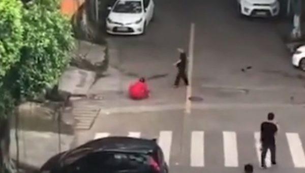 Rùng mình với hình ảnh người đàn ông ngang nhiên đâm bạn gái trên đường giữa thanh thiên bạch nhật chỉ vì tranh chấp tình cảm-3
