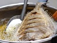 Bỏ thứ này vào chảo trước khi chiên rán: Món ăn chín đều vàng ươm, thơm ngon vô cùng hấp dẫn