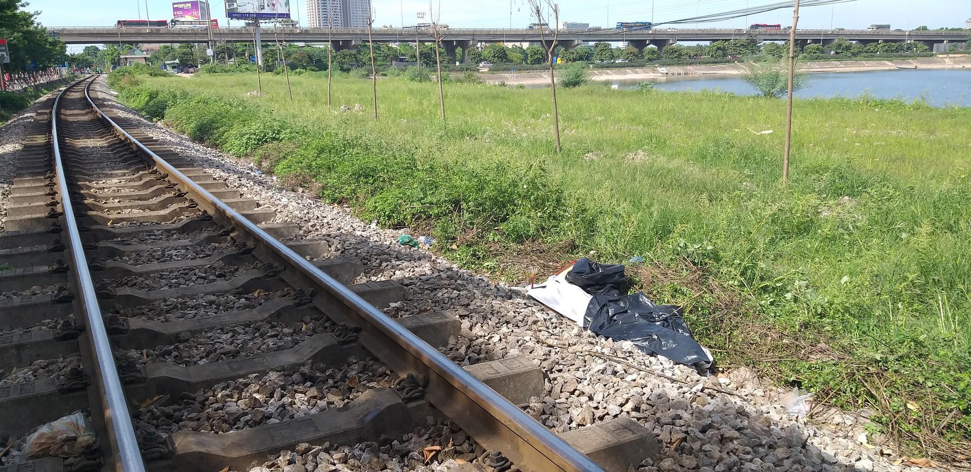 Nhân chứng kể lại lúc người đàn ông bị tàu hỏa tông chết: Tôi kêu mà không nghe, ổng ngồi sát đường tàu để đi vệ sinh-5