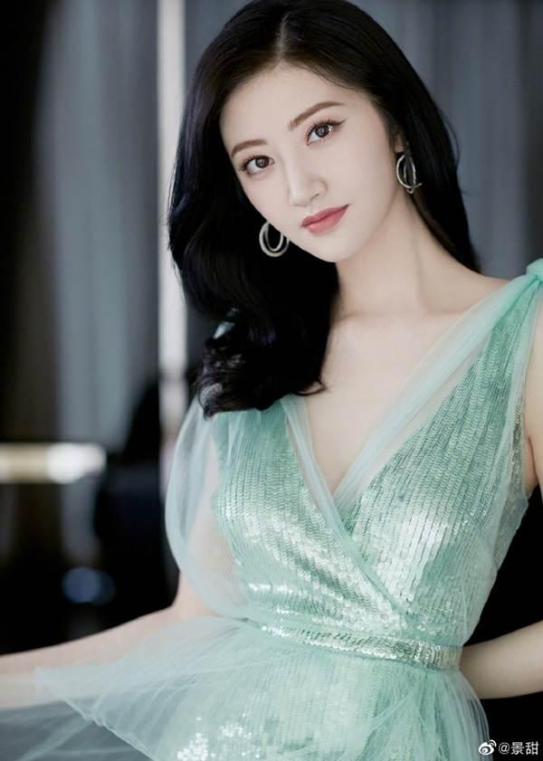 'Đệ nhất mỹ nữ Bắc Kinh' Cảnh Điềm diện đầm xẻ sâu, lấp ló ngực đầy-1