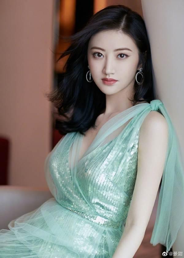 'Đệ nhất mỹ nữ Bắc Kinh' Cảnh Điềm diện đầm xẻ sâu, lấp ló ngực đầy-2