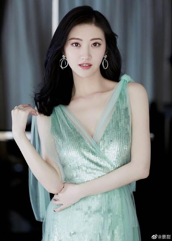 'Đệ nhất mỹ nữ Bắc Kinh' Cảnh Điềm diện đầm xẻ sâu, lấp ló ngực đầy-3