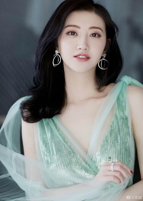 'Đệ nhất mỹ nữ Bắc Kinh' Cảnh Điềm diện đầm xẻ sâu, lấp ló ngực đầy-4