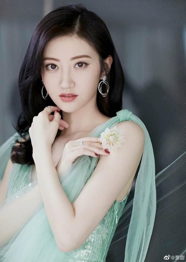 'Đệ nhất mỹ nữ Bắc Kinh' Cảnh Điềm diện đầm xẻ sâu, lấp ló ngực đầy-5