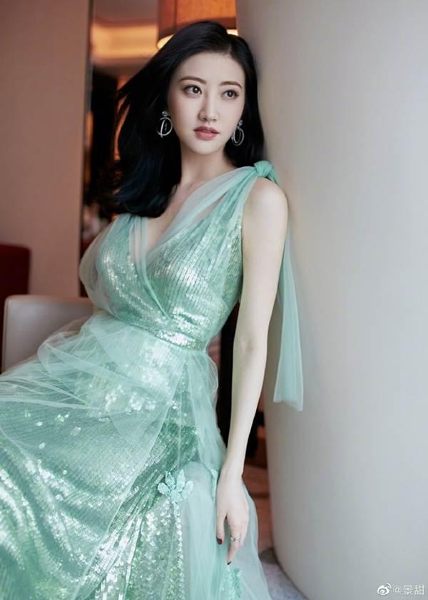 'Đệ nhất mỹ nữ Bắc Kinh' Cảnh Điềm diện đầm xẻ sâu, lấp ló ngực đầy-6
