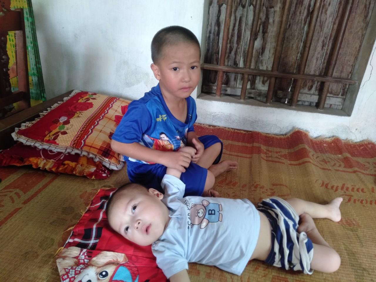 Con trai lớn 5 tuổi mắc bệnh tim, đứa bé 1 tuổi liệt tứ chi, người mẹ nuốt nước mắt cầu xin một cơ hội để cứu con-1