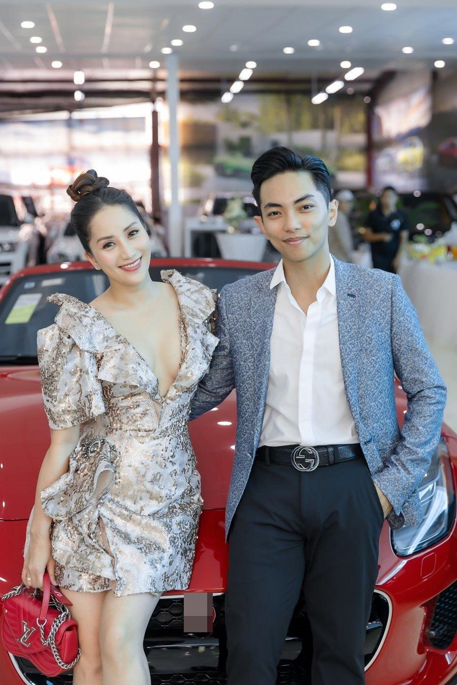 Khánh Thi khoe vòng 1 gợi cảm bên chồng trẻ Phan Hiển-1