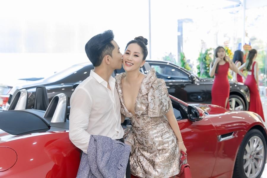 Khánh Thi khoe vòng 1 gợi cảm bên chồng trẻ Phan Hiển-2