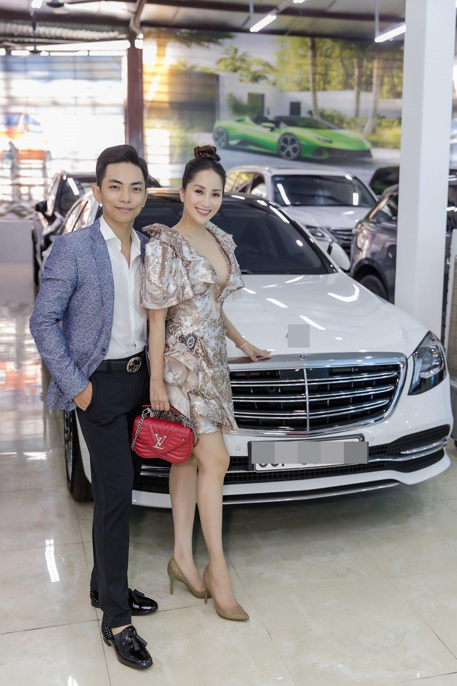 Khánh Thi khoe vòng 1 gợi cảm bên chồng trẻ Phan Hiển-3