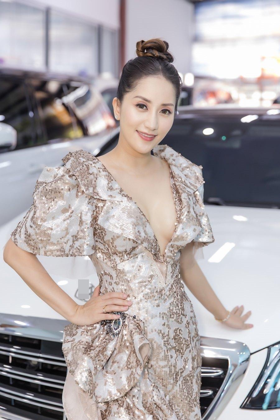 Khánh Thi khoe vòng 1 gợi cảm bên chồng trẻ Phan Hiển-5