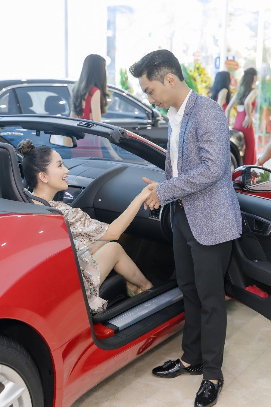 Khánh Thi khoe vòng 1 gợi cảm bên chồng trẻ Phan Hiển-6
