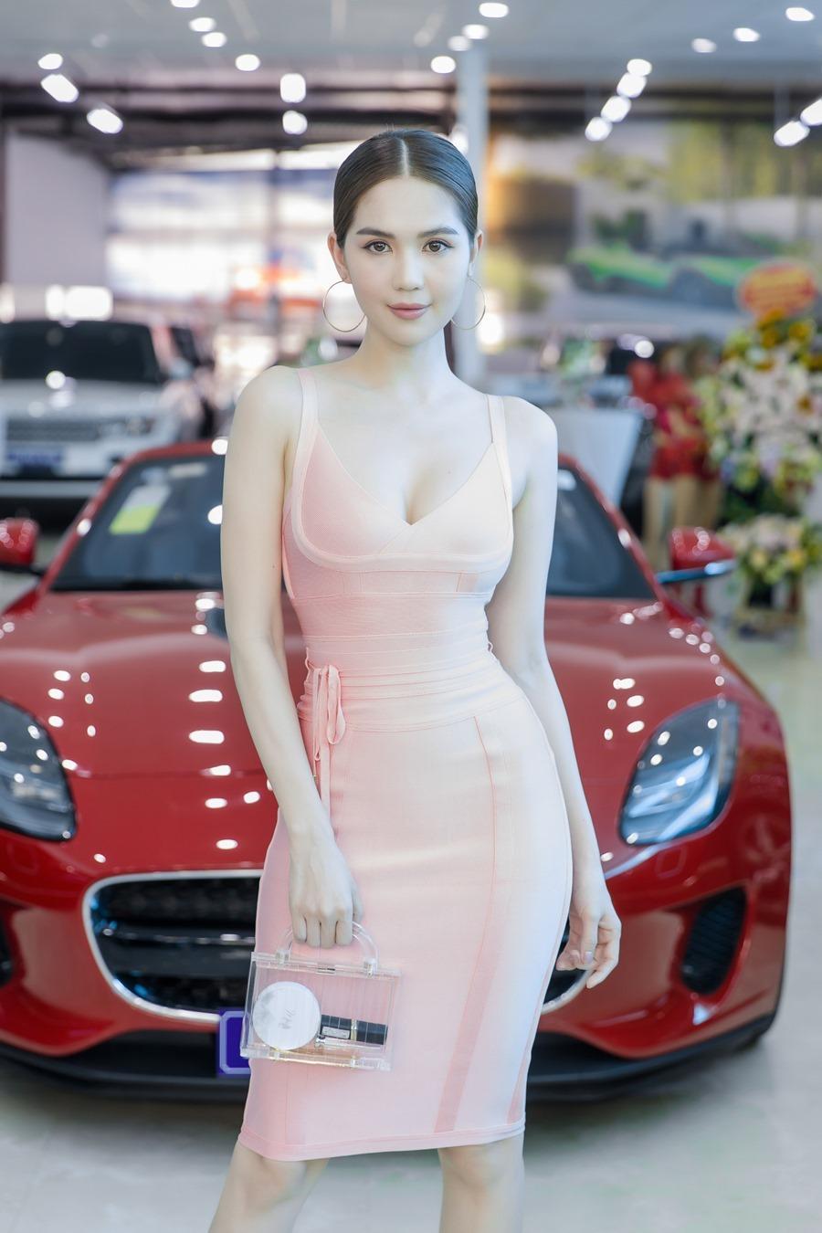 Khánh Thi khoe vòng 1 gợi cảm bên chồng trẻ Phan Hiển-7