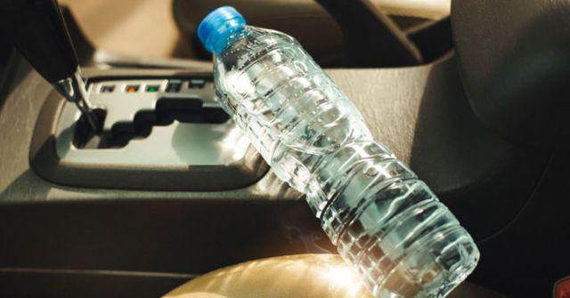 Chai nước trong xe ô tô giữa trời nắng nguy hiểm đến mức nào-1