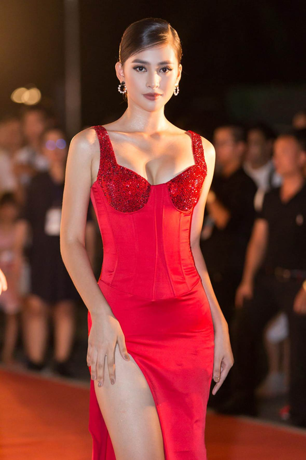 Hoa hậu Tiểu Vy ngày càng gợi cảm, táo bạo ở tuổi 19-1