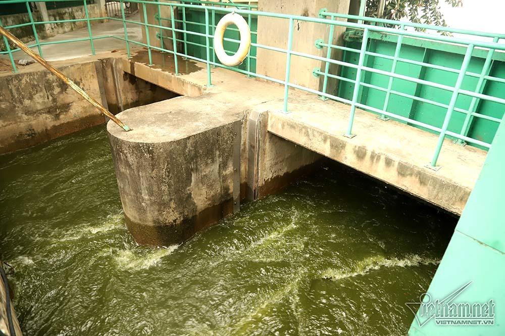 Triệu khối nước cuồn cuộn đổ vào, sông Tô Lịch biến sắc-1