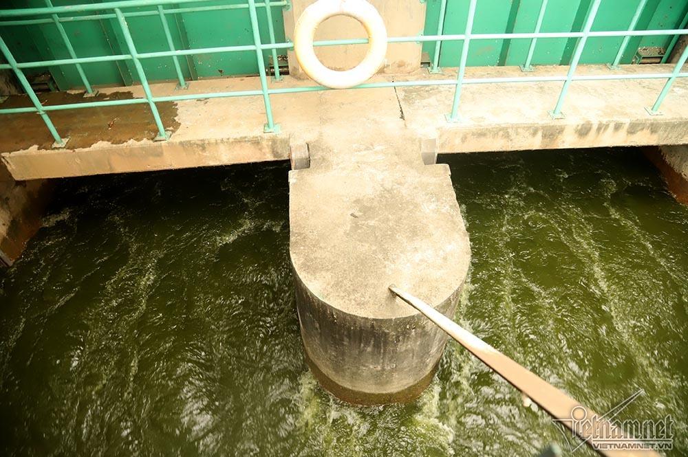 Triệu khối nước cuồn cuộn đổ vào, sông Tô Lịch biến sắc-3
