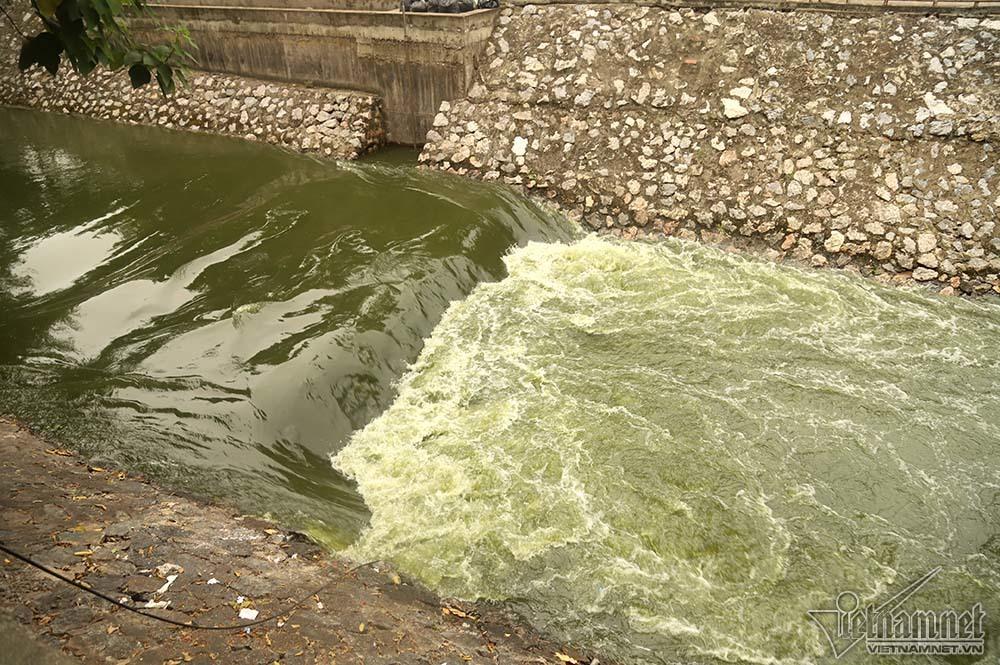 Triệu khối nước cuồn cuộn đổ vào, sông Tô Lịch biến sắc-4
