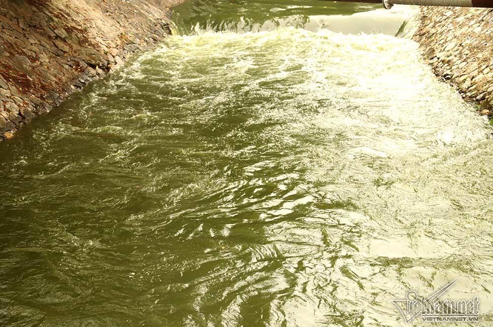 Triệu khối nước cuồn cuộn đổ vào, sông Tô Lịch biến sắc-5