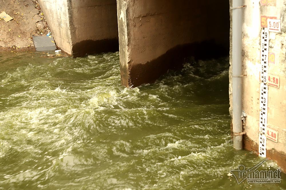 Triệu khối nước cuồn cuộn đổ vào, sông Tô Lịch biến sắc-7