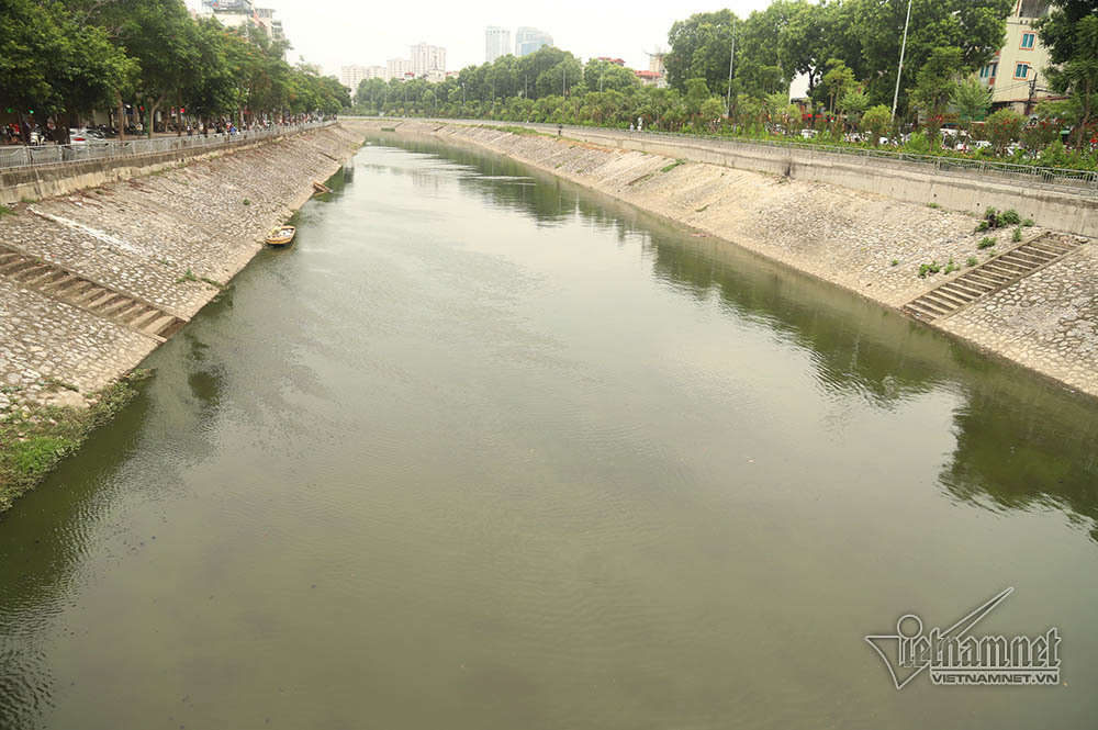 Triệu khối nước cuồn cuộn đổ vào, sông Tô Lịch biến sắc-10