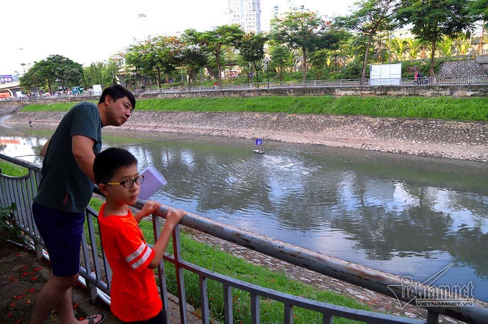Triệu khối nước cuồn cuộn đổ vào, sông Tô Lịch biến sắc-12
