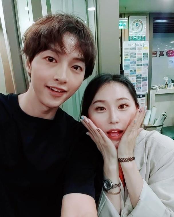 Song Joong Ki bất ngờ gây tranh cãi khi lộ ảnh tươi vui cùng gái lạ giữa ồn ào ly hôn Song Hye Kyo-1