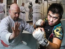 Flores đã tới võ đường của Từ Hiểu Đông ở Bắc Kinh, sẵn sàng tỉ thí võ sĩ MMA