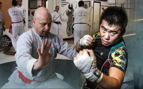 Flores đã tới võ đường của Từ Hiểu Đông ở Bắc Kinh, sẵn sàng tỉ thí võ sĩ MMA-2