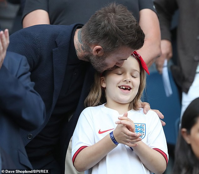 Con gái rượu của Beckham xuất hiện cực thần thái khi chụp hình với mẹ, fan thích thú vì nụ cười giống hệt một người trong nhà-4