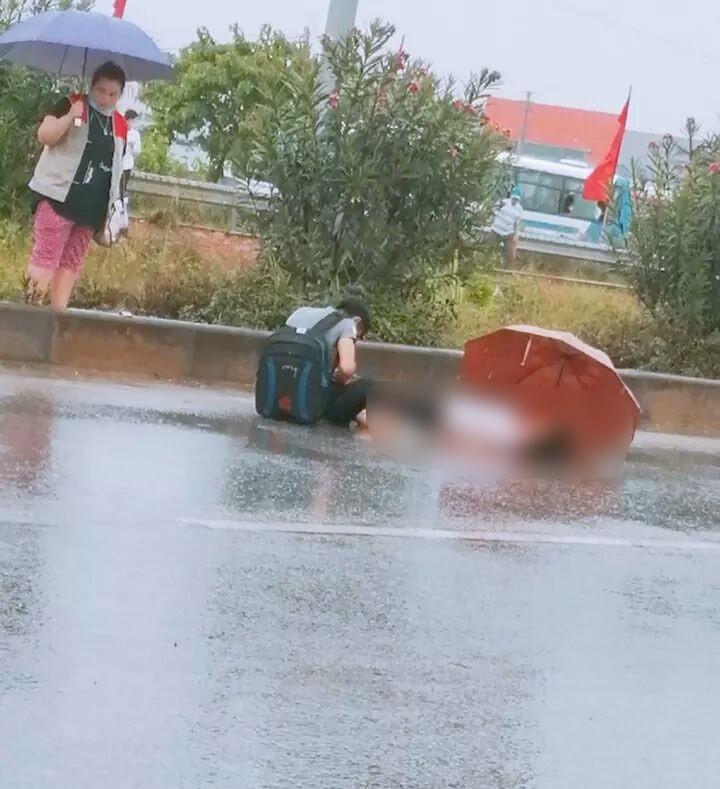 Xót xa cảnh chồng ngồi thất thần bên thi thể vợ bị xe tải tông tử vong ở Bắc Giang-1