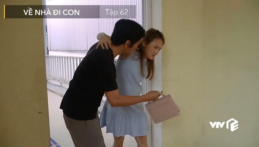Về nhà đi con: Lộ cảnh Vũ kéo khóa váy giúp Nhã trong khi ông Sơn đưa Thư đi đẻ, gọi cháy máy con rể không thèm nghe-6